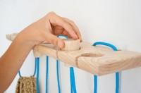 Cuerdas de colores y madera natural, una combinación perfecta para un original colgador