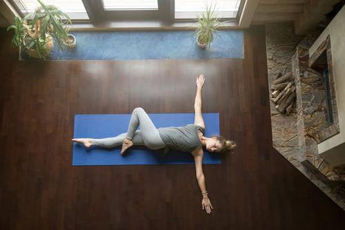 17 ejercicios para entrenar tus abdominales en el salón de tu casa