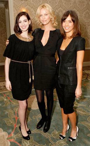 Anne Hathaway, Jessica Alba y Charlize Theron muy guapas de negro