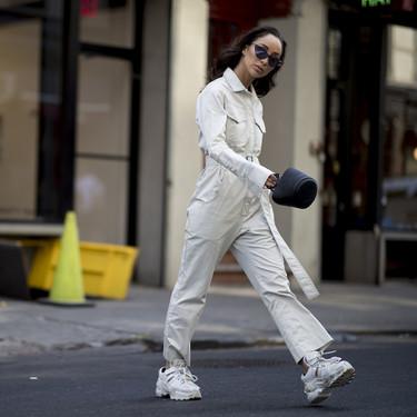 """Es oficial: los """"monos de trabajo"""" son la prenda viral, y así lo vemos en las Semanas de la Moda"""