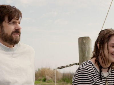 'Book of Love', tráiler de la comedia indie con Jason Sudeikis y Maisie Williams