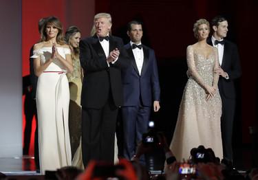 Melania e Ivanka Trump lo dan todo con sus estilismos en el Baile Inaugural. ¿Con quién te quedas?