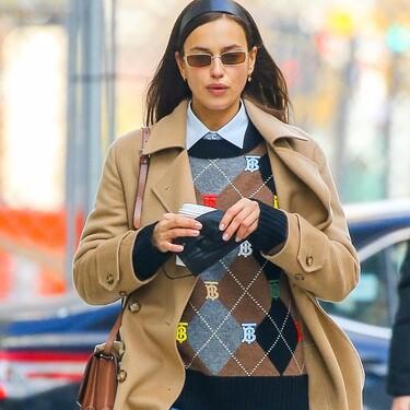 No sabemos qué nos gusta más: Irina Shayk con look de colegiala o con esa camisa de charol de Mango que ya hemos fichado