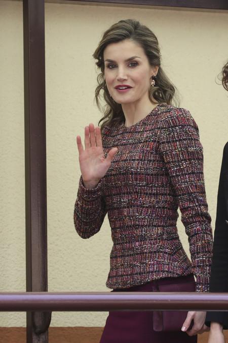 La Reina Letizia repite para volver a acertar, así es el top que tanto le favorece