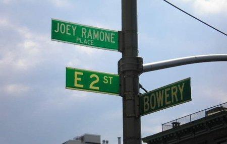 Nueva York: la placa en honor a Joey Ramone más alta, para evitar que sigan robándola
