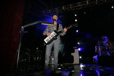 La guitarra con teclado será el nuevo instrumento de 'Rock Band 3'