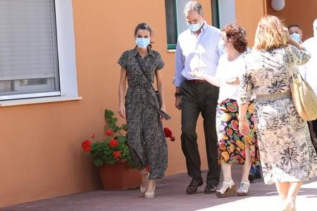 https://www.trendencias.com/moda-famosas/dona-letizia-luce-sevilla-precioso-vestido-adolfo-dominguez-rebajas-que-esta-agotado-que-van-a-reponer