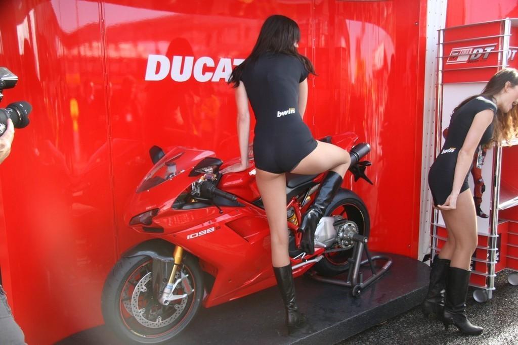 Foto de Las pit babes de Estoril en una Ducati 1098 (16/35)