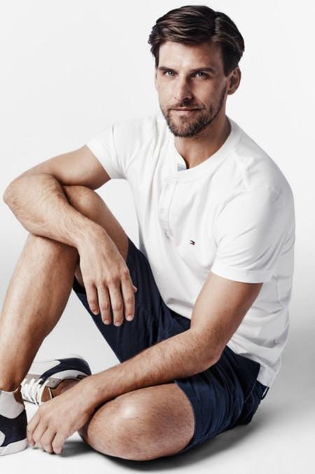 Johannes Huebl ha elegido sus prendas favoritas de Tommy Hilfiger para esta temporada