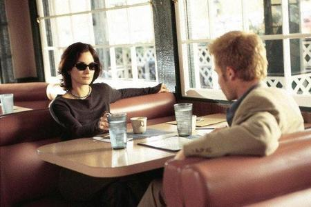 Carrie-Anne Moss y Guy Pearce en