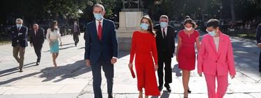 Doña Letizia triunfa de rojo con un vestido de Massimo Dutti en su visita al Museo de Prado