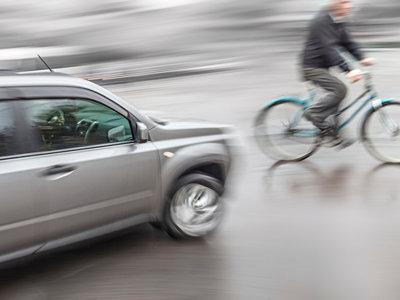 Dos expertos en conducción extrema te enseñan cómo salvarte en situaciones de emergencia al volante