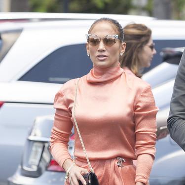 Jennifer López viste sus últimos días de Primavera con un vestido midi y de cuello alto (y encontramos versiones parecidas)