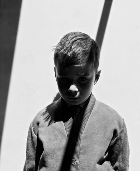 Retrato de Gabriel con sombra. Madrid, 1957. Foto Colectania