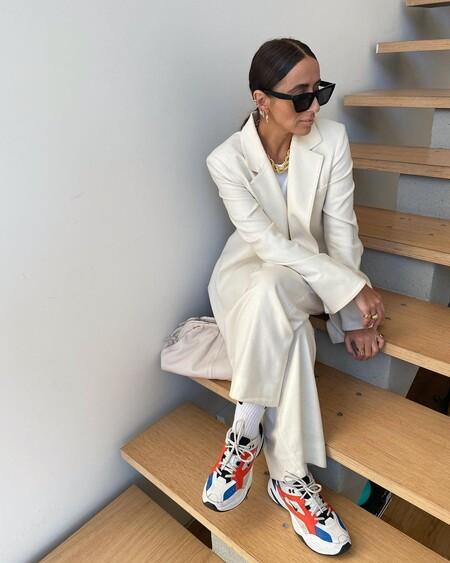 cómo combinar unas zapatillas deportivas en un look más formal