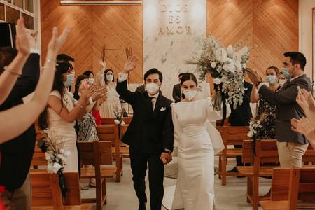 Este fotógrafo nos muestra lo preciosas que pueden ser las bodas de la nueva normalidad: con mascarilla y mucho amor