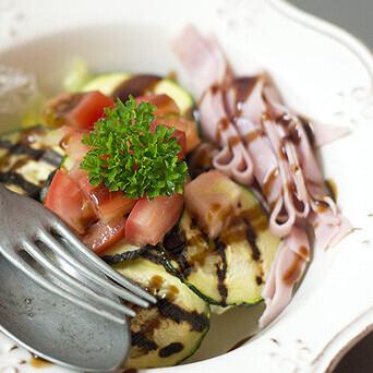 Ensalada templada de calabacín y jamón dulce, receta