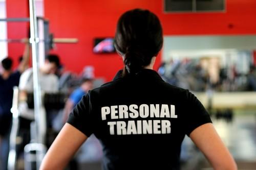 Las ventajas de contar con un entrenador personal si eres novato en el gimnasio: esto es en lo que te tienes que fijar a la hora de elegir el tuyo