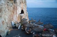 ¿Tomar una copa viendo el atardecer en una cueva de un acantilado con vistas al mar? Todo es posible en Cova d'en Xoroi
