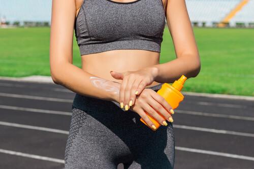 Protege tu piel mientras haces deporte: las claves para acertar con el protector solar para entrenar al aire libre (y cómo y dónde aplicarlo)