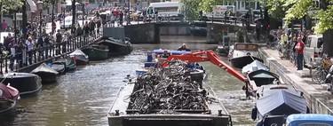 El lado oscuro de la cultura ciclista de Ámsterdam, la capital mundial de la pesca de bicicletas