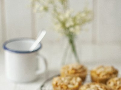 Magdalenas de hierbas picantes con queso Cheddar y piñones. Receta vegetariana para empezar el día con energía