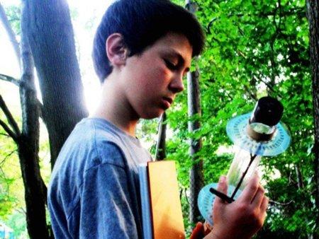 Un niño de 13 años revoluciona la tecnología solar dando un paseo por el bosque