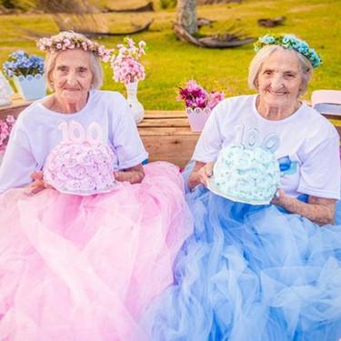 Nunca es tarde para ser una princesa: estas gemelas celebran su centenario con coronas de flores y tutús
