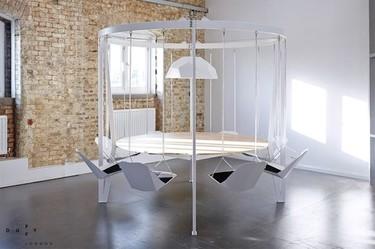 ¿Buena o mala idea? Una mesa rodeada de columpios