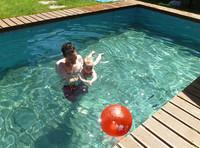 La foto de tu bebé: el primer baño de Martín en la piscina
