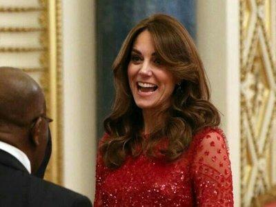 Kate Middleton sustituye a la reina Isabel II y brilla con un bonito vestido rojo de noche