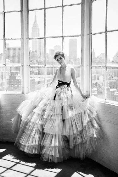 Carolina Herrera celebra sus 35 años en la moda con una espectacular campaña protagonizada por Kiernan Shipka