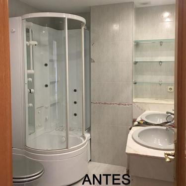 Antes y después; un cuarto de baño cálido y fresco gracias a los toques de  madera natural y a un vibrante color azul