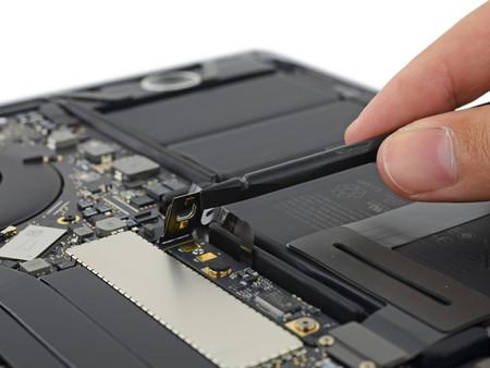 iFixit nos muestra el interior del MacBook Pro de 13 pulgadas con Touch Bar, obviamente cambiarla es complicado