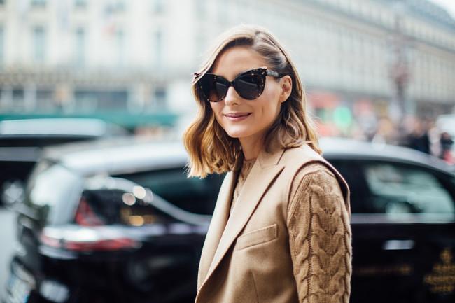 El color beige puede crear looks modernos y Olivia Palermo nos lo enseña