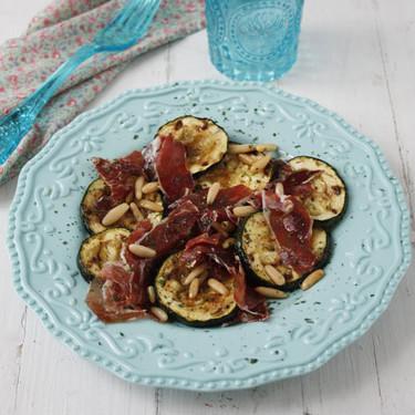 Ensalada de calabacines y jamón ibérico con aderezo agridulce: receta fácil con un resultado delicioso