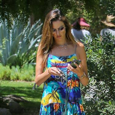 Recreamos el último look de Alessandra Ambrossio con un vestido de estampado tropical, una mascarilla de leopardo y unas chanclas