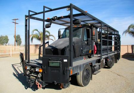 Este camión táctico militar puede ir por las vías del tren