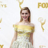 ¿Es Kiernan Shipka o Emma Watson?, los pantalones se suben a la alfombra roja de los Emmys 2015
