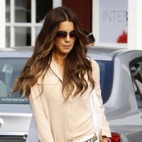 El pantalón es baggy y Kate Beckinsale se lo lleva de calle