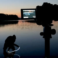 Este fabuloso vídeo de ligh painting demuestra claramente porqué a la fotografía se le llama pintar con luz