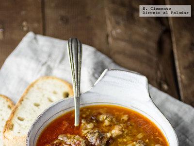 Cómo hacer manitas de cerdo guisadas en salsa. Receta tradicional