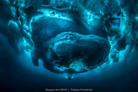 Esta fotografía muestra lo inmenso que realmente es un iceberg bajo el agua