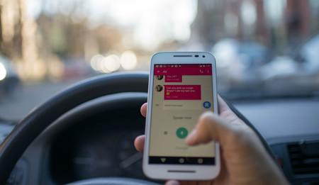 La DGT está estudiando no sancionar el uso del móvil en detenciones: semáforos, atascos...