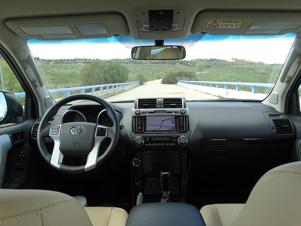 Foto de Interiores Toyota Land Cruiser 180D Auto VX Kirari Plus (3/14)
