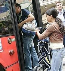 Subir al autobús con los cochecitos de bebé, de momento imposible