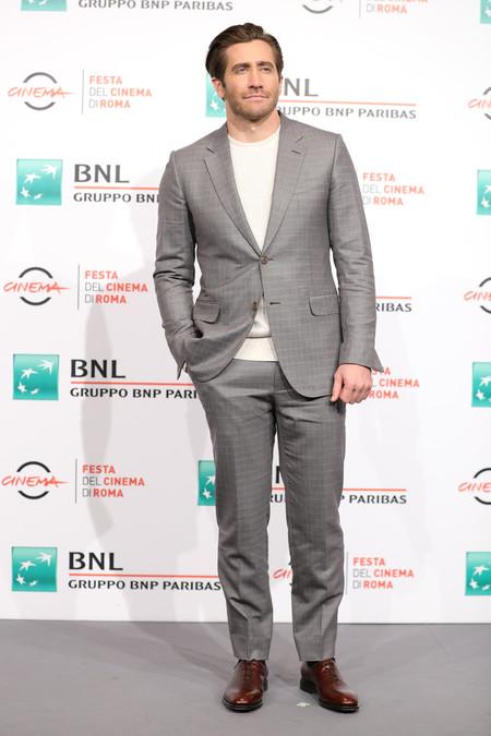 Jake Gyllenhaal Nos Libera De La Corbata Este Otono Cambiando La Camisa Por Un Sueter Ligero 2