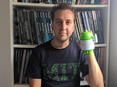 El equipo de Enrique Pérez: ordenador, móvil, cámara y más