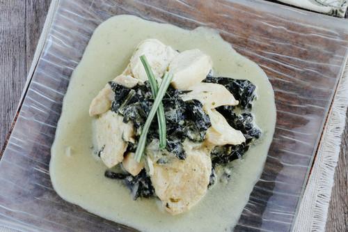 Pollo salteado con espinacas en salsa de mostaza. Receta de comida sencilla y deliciosa