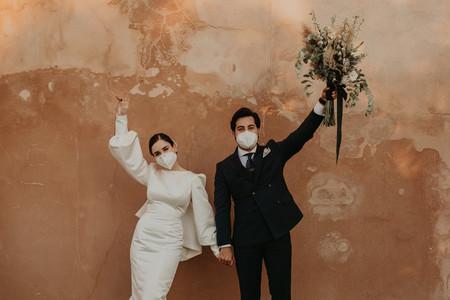 Con mascarilla y distancia de seguridad entre invitados: estas son las fotos de una de las primeras bodas de la era COVID-19